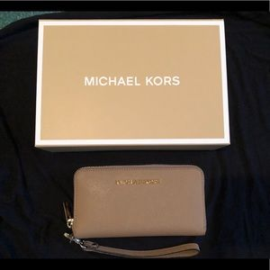 Michael Kors Jet Set Traveler Wallet